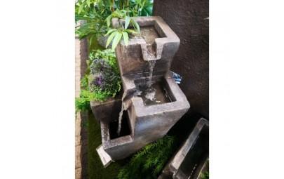 fontanna kwadratowe kolumny z kwietnikiem 3