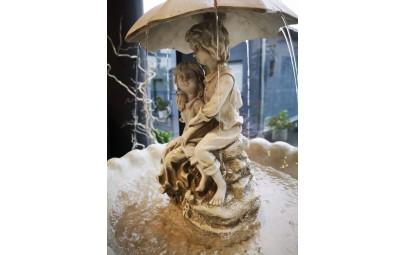Fontanna dzieci pod parasolką 3